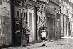 going home (Gerard Koopen) Tags: spanje spain malaga city bw blackandwhite straat street straatfotografie streetphotography woman boy shopping fujifilm fuji xpro2 56mm 2017 gerardkoopen