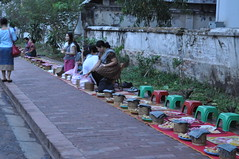 Love the organization here! (oldandsolo) Tags: southeastasia earlymorning buddhism tourists lp laos luangprabang buddhistmonk laopdr makingmerit unescoworldheritagecity buddhistreligion takbat buddhistfaith morningalmsgivingritualluangprabang morningalmsgivinginluangprabang