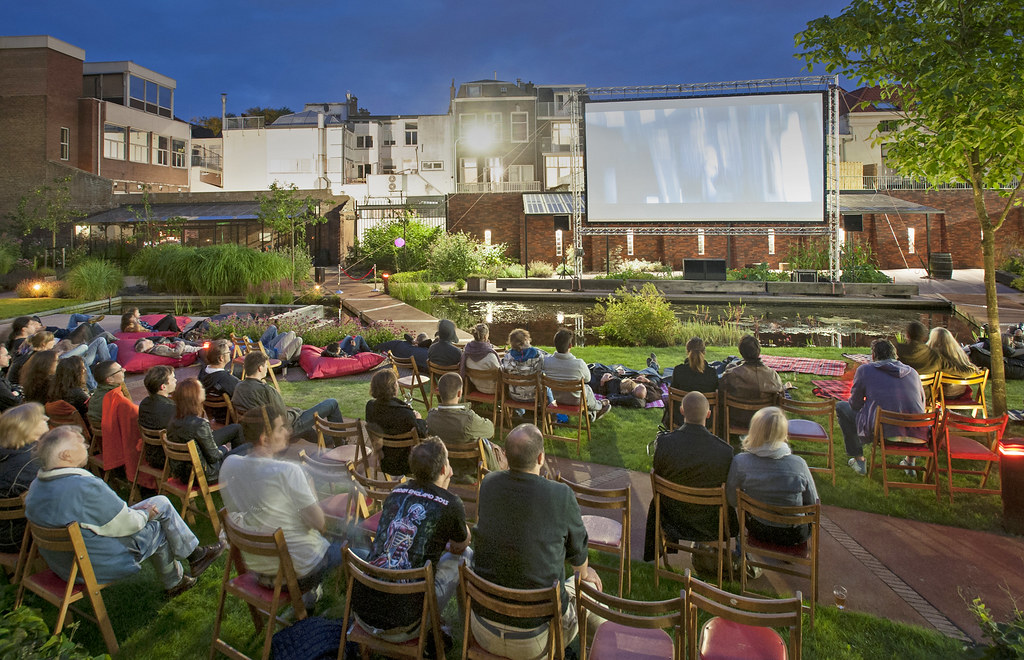 Nutshuis cinema in de tuin
