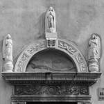 Ingresso laterale: Lunetta con la Vergine e angeli (opera di Giacomo Rodari) thumbnail