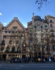 Paseo de Gracia (Angeles2021) Tags: apple gaudí edificios paseodegracia barcelona casabatlló