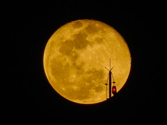 Para-raios que o parta (Jorge Hamilton) Tags: lua moon night noite brasilia 2014 sky cu ceu braslia brazil luar moonligth jorgehamilton brandao brando