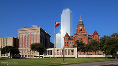 Dallas County Courthouse - Texas (Andrea Moscato) Tags: city blue red sky usa green grass skyline museum architecture america skyscraper buildings us sandstone unitedstates flag edificio historic museo architettura citt bandiera mattoni statiuniti oldredcourthouse andreamoscato