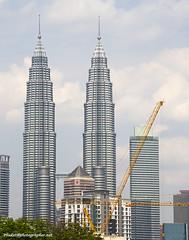 Petronas towers XOKA0222bs (forum.linvoyage.com) Tags: bridge blue trees sky green tower skyscraper twins outdoor petronas malaysia kuala lumpur         phuketian forumlinvoyagecom httpforumlinvoyagecom phuketphotographernet