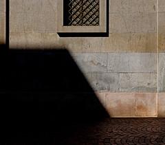 tra luce e ombre (Rino Alessandrini) Tags: astratto minimalista geometrico muro finestra ombra linee forme quadrato buio luce marmo abstract minimalist geometric shapes square wall window shade lines light dark marble