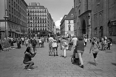 Tourists in Vienna (Franco & Lia) Tags: vienna street blackandwhite film analog austria sterreich noiretblanc epson ilford fp4 biancoenero argentique pellicola analogico v500 nikonl35af2 stphotographia
