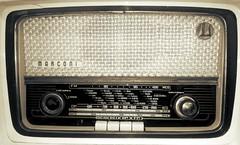 La radio de válvulas de la abuela (P.H.F.) Tags: la radio de abuela antigua marconi antes paris internacional valvulas macuto sepia vintage interior transistor
