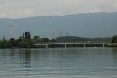 Schlauchboot ( Gummiboot ) oberhalb der Pont de Peney ( Rhnebrcke - Strassenbrcke - Brcke - Bridge ) ber die Rhne ( Fluss - River ) bei Satigny im Kanton Genf - Genve der Schweiz (chrchr_75) Tags: chriguhurnibluemailch christoph hurni schweiz suisse switzerland svizzera suissa swiss chrchr chrchr75 chrigu chriguhurni hurni140603 juni 2014 albumrhone rhone rhne fluss river wasser water gummiboot gummiboote schlauchboot boot jolle dinghy boat jolla canot  sloep bote schlauchboote albumschlauchbootegummibooteunterwegsinderschweiz 1406 juni2014 albumrhne albumrhneflussriver