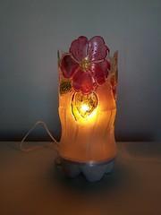 Abajour de garrafa pet (Ione logullo(www.brechodeideias.com)) Tags: pet flores sol riodejaneiro rosas garrafa abajur lampada ventilador reciclar tecido luminária juta chitão reaproveitar