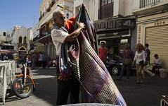 Carpet Crawler II (InArtsWeTrust) Tags: street morocco canon1755mm canon650d canont4i