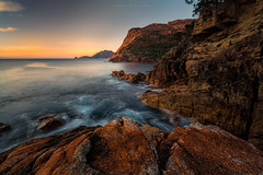 Sleepy Sunrise (Mark McLeod 80) Tags: focus rocks tasmania tassie freycinet sleepybay 2015 freycinetpeninsula markmcleod canonef1635mmf28lii lee075softgrad