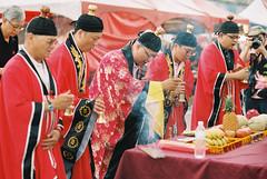 (shuzhens) Tags: travel film temple nikon kodak taiwan 85mm 400 taipei f3 dragonboat portra dadaochengwharf duanwujie