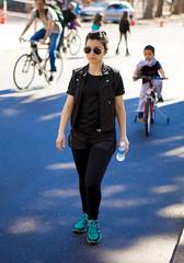 Calle Recreativa - Rosario (barnigomez) Tags: argentina lady bicicleta running run rosario caminar mujeres recrear bellezas canonefs1785mmf456isusm oroo vwoman rosarinas canon5dmark2 canon5dmarkii callerecreativa callerecreativarosario
