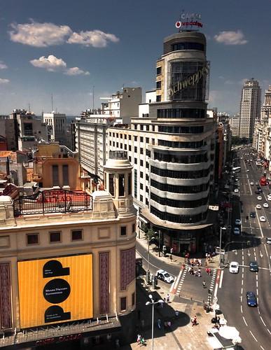 …degustando un agua tónica mientras se espera para un espectáculo pop conversando por teléfono en las alturas de Madrid…