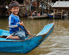 Children rowing in floating village, Kompong Chhnang, Cambodia (Alex_Saurel) Tags: tonlésap cambodge pleinformat photoreportage villageflottant floatingvillage children action archicategory people scènedevie travel lifescene village reportage imagetype type fullframe scans time vertical photojournalism urbanisme culture orientation day photospecs photoreport lifestyles asia stockcategories sony50mmf14sal50f14