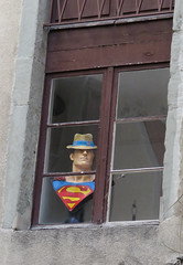 Superman incognito (universeau) Tags: superman incognito buste color fenêtre window rue surveillant comics chapeau urban street s superhero ngc comix city