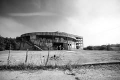 Discoteca abandonada Palmeira (Tin Garca) Tags: building abandoned corua edificio bn deserted ribeira riveira palmeira abandonado