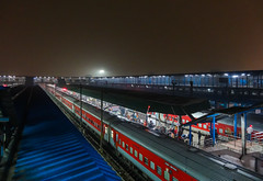 New Delhi Railway Station at night (Ashwin WAP5) Tags: from new station night was view delhi taken railway here r l express seen which fob lhb mahabodhi rescheduled puroshottam