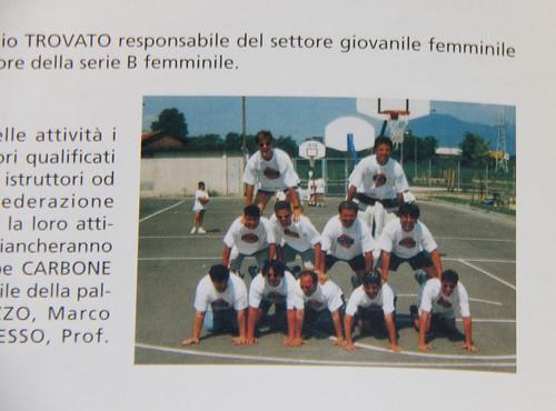 Piramide umana di coaches Collegno Basket al Turtle Camp