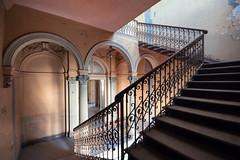 (franconiangirl) Tags: villa abandoned decay derelict old verlassen vergessen urbanexploration urbanexploring mansion staircase stairway stairwell treppenhaus ostentatious