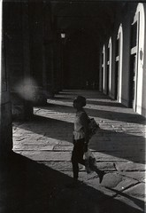 Pitti & Stripe (guido.masi) Tags: shadow blackandwhite film florence donna ombre firenze ilfordhp5plus400 portici biancoenero pellicola visiva piazzapitti canonml guidomasi
