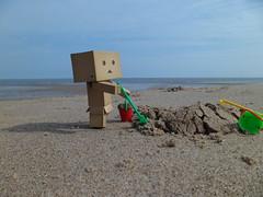 Bo  la plage (mmarple62) Tags: beach toy japanese sand manga sable bo figurine plage jouet yotsuba danbo danboard