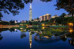 臺北101倒影 - Taipei 101 reflections - TAIWAN (urbaguilera) Tags: park blue urban lake building green architecture skyscraper reflections garden design pond nikon cityscape nightscape angle wide chinese taiwan tokina 101 hour taipei 臺灣 建築 公園 水 國父紀念館 設計 花園 湖 倒影 燈光 臺北市 d5000 1116mm danielaguilera urbaguilera 藍色時刻