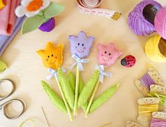 Flores  Tuilpa de Feltro (PAP com molde) (BoniFrati) Tags: flowers flores cute diy craft felt borboleta feltro tutorial pap molde tulipa joaninha florzinha passoapasso bonifrati