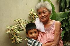loving grandma (the foreign photographer - ฝรั่งถ่) Tags: boy hugging grandma vegetation khlong thanon portraits bangkhen bangkok thailand canon kiss