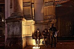 Lyon - Dernière discussion du soir. (Gilles Daligand) Tags: lyon rhone placedesterreaux discussion hommes personnages nuit rue street palabres leica q