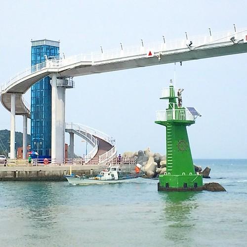 #instagram #instaplace #instastill #korea #ulsan #sea #bridge #lighthouse #boat 울산에서 마주친 다리? 육교? 담엔 저 위에 올라가 봐야지~^^