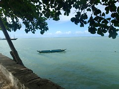 """Pirogue sur le bord de mer • <a style=""""font-size:0.8em;"""" href=""""http://www.flickr.com/photos/113766675@N07/14468658104/"""" target=""""_blank"""">View on Flickr</a>"""