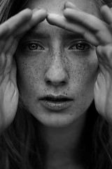 . (quadratiges) Tags: portrait people woman white black face closeup digital canon de eyes hands gesicht natural lips 5d freckles taches mains visage hnde mkii markii sommersprossen rousseurs
