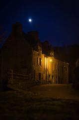 Village sous la lune.jpg (BoCat31) Tags: lune maison pierre bretagne nuit heuresbleues