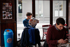 Au quatre diamants le samedi après-midi (Paolo Pizzimenti) Tags: chatte achat fille femme amie trocadéro butteauxcailles café visage homme vitrine paris paolo olympus penf 45mm 25mm f18 m43mirrorless argentique film pellicule doisneau