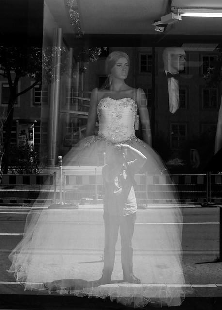 wedding blackandwhite bw monochrome germany blackwhite wiesbaden hessen schaufenster alemania sw shopwindow schwarzweiss hochzeit allemagne germania hesse brautkleid hassia schwarzweis hochzeitskleid schwarzweissfotografie schwarzweisfotografie