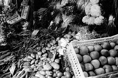 la tête perdue (asketoner) Tags: people fruits vegetables portraits lost tunisia head tunis souk marketplace seller
