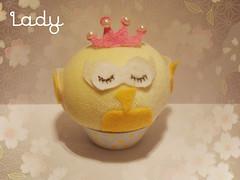 Corujinha Lady (MISS LILLIH) Tags: aniversario perfume cupcake gato casamento passaro gatinho corujas cheiro cheirinho aromas passarinhos agulhas lembrancinha alfinetes agulheiro aromatizador corujinhas