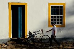 2477 (augusto gomes) Tags: brasil paraty cores bicicleta amarelo largodorosrio