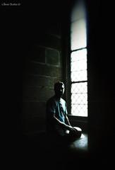 Je t'attendais (Olivb77) Tags: portrait man window lumire vitrail chapeau contraste homme fenetre