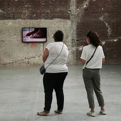 La télé c'est l'pied ! (_ Adèle _) Tags: paris expo palaisdetokyo mur écran télévision femmes dedos backshot