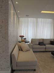 Detalhe da parede com revestimento especial (makstudio2015) Tags: portobello paonazzetto parede detalhe iluminação chaise bege makstudio arquiteturainteriores