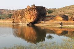 Badami, Lac d'Agastya (Nicolas Vollmer) Tags: inde indedusud badami grotte grottessculptées chalukya shiva vishnu narashima temple lac