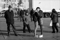 Torino 0448 (malko59) Tags: torino turin piazzacastello abbraccio coppia biancoenero blackandwhite street urban