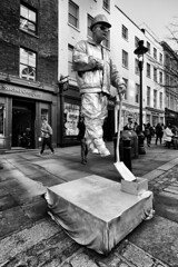 Covent Garden Street Performer (MKHardyPhotography) Tags: mkhardy london coventgarden streetphotography streetperformer distagont3518