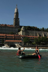 Berner Mnster und Mese und N unterwegs mit dem Sevylor Schlauchboot Fish Hunter HF280 ( Gummiboot - Boot ) auf der Aare bei Bern im Kanton Bern in der Schweiz (chrchr_75) Tags: chriguhurnibluemailch christoph hurni schweiz suisse switzerland svizzera suissa swiss kantonbern chrchr chrchr75 chrigu chriguhurni 1407 juli 2014 hurni140703 albumaare aare fluss river schlauchboot gummiboot albumschlauchbootsevylorfishhunterfh280 sevylor fish hunter gummiboote boot jolle dinghy boat jolla canot  sloep bote nadia albumfamilie albumnamachri schlauchboote albumschlauchbootegummibooteunterwegsinderschweiz albumelmese mese aar arole fiume rivire ro reka joki  berner mnster kirche church eglise chiesa albumbernermnster el