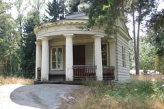 Anglų lietuvių žodynas. Žodis summer-house reiškia n vasarinė, altana lietuviškai.