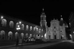 Loreto notturna (Starry Mountain) Tags: italy night cupola luci piazza natale fontana loreto notte lampioni marche presepe stellacometa