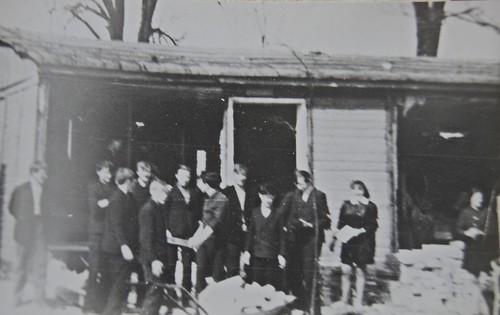 Uczniowie pomagają przy budowie szkoły