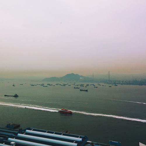 Lovely line of brown smog hovers over #hongkong